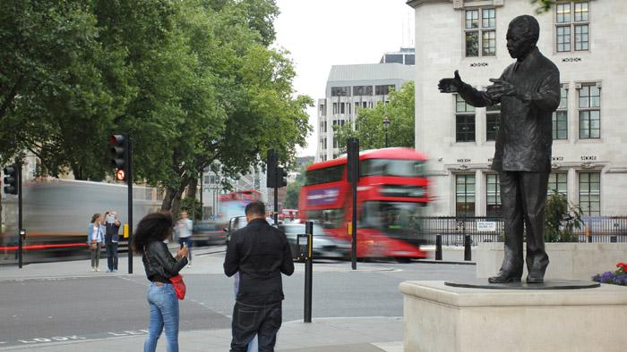Fotografia della statua di Nelson Mandela di fronte al Parlamento di Londra ottenuta con un filtro ND