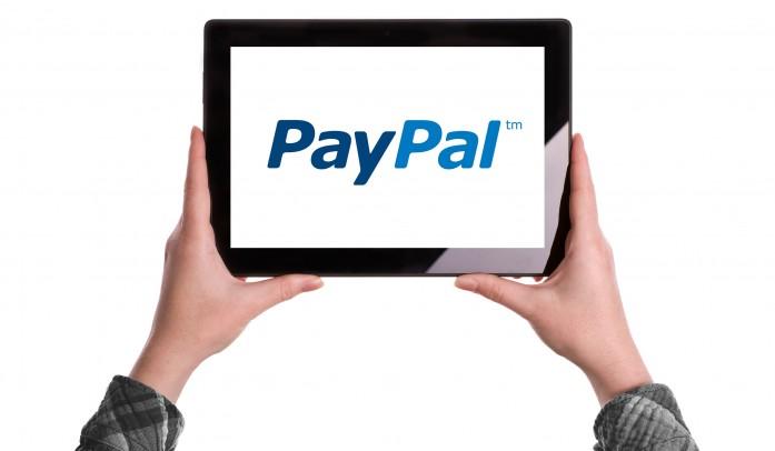 Tablet con il logo paypal sullo schermo