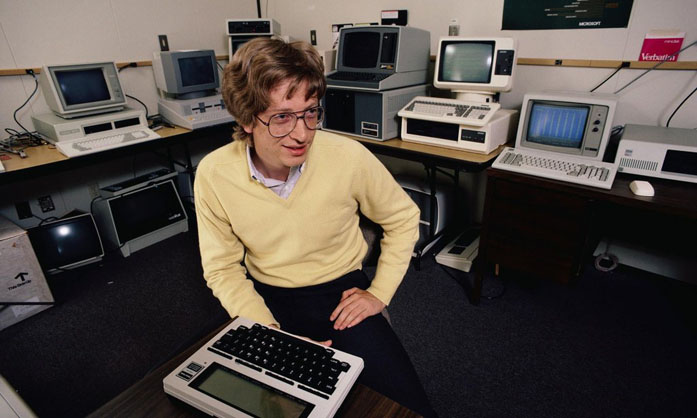Bill Gates negli anni 70 in un ufficio pieno di computer