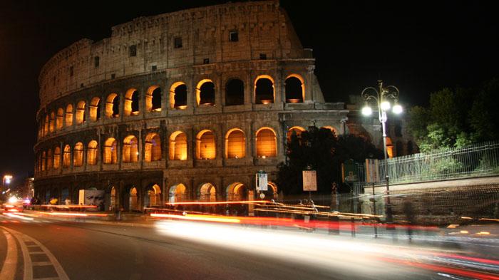Time lapse del Colosseo di notte