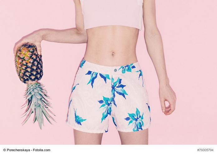 Donna che tiene in mano un'ananas