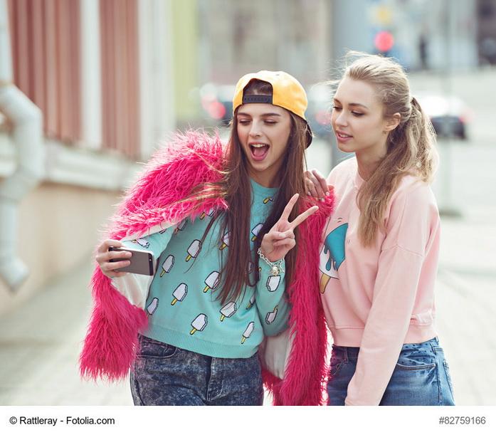 coppia di ragazze che si fa un selfie