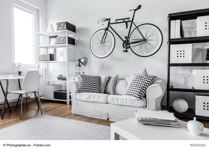 Bici appesa in soggiorno