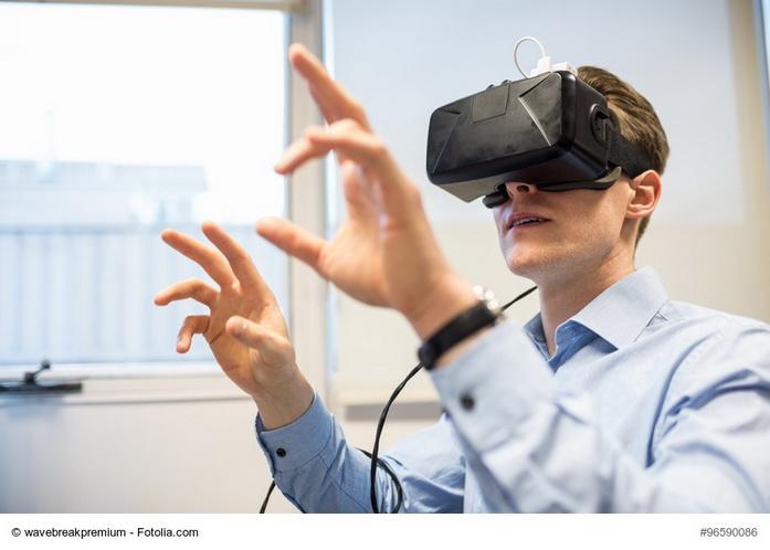 Uomo con gli occhiali di realtà virtuale