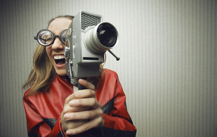 Giovane donna con una cinepresa super 8
