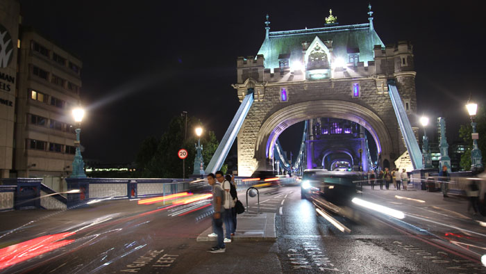 Time lapse del tower bridge a Londra di notte