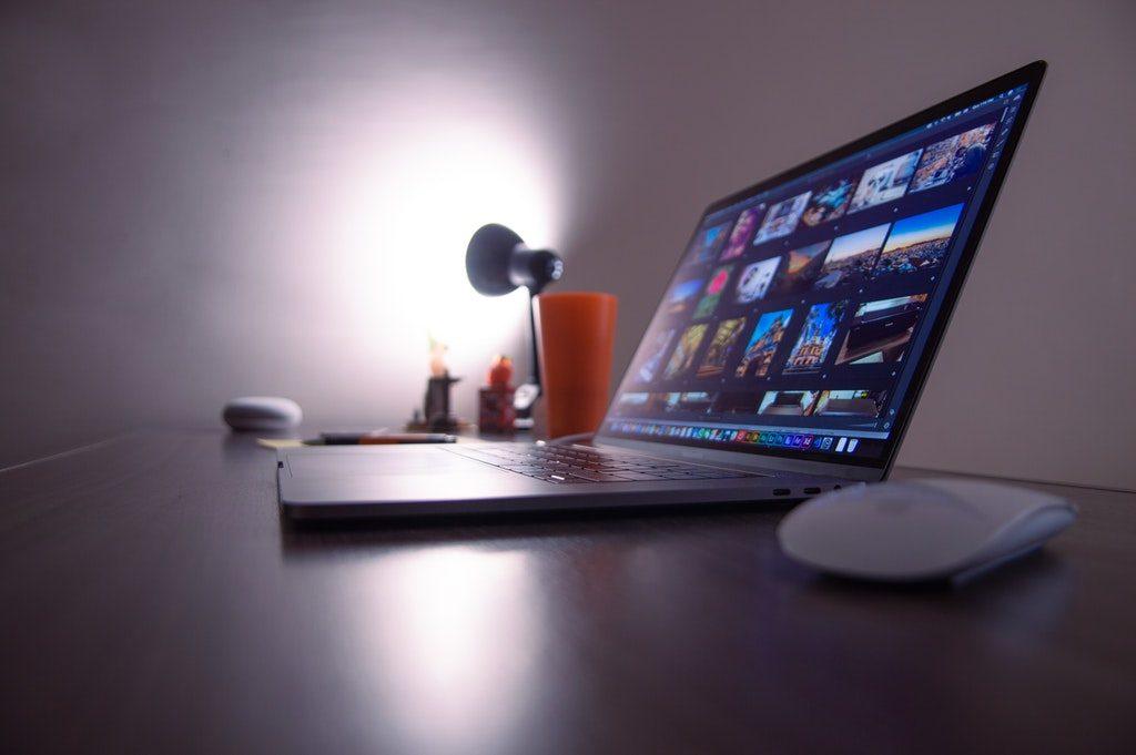 Computer portatile accesso su una scrivania di notte