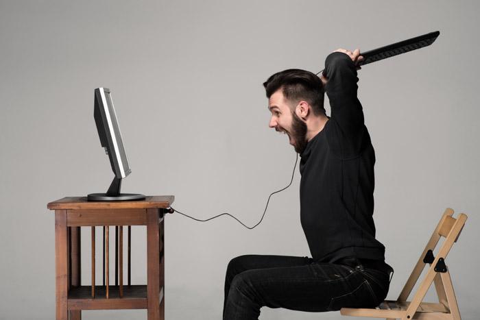 Uomo che distrugge il PC a causa dell'introduzione della membership area di Pond5
