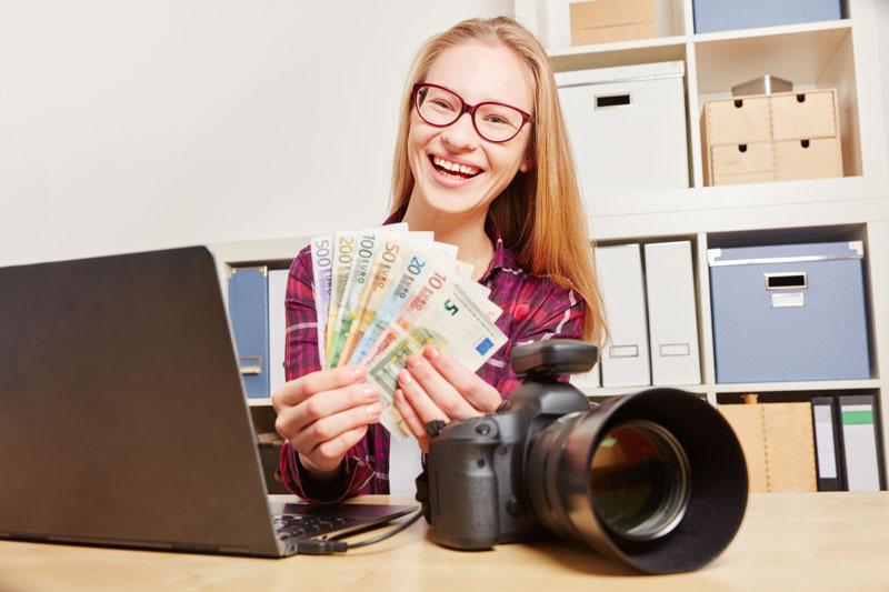 Donna che guadagna soldi con il referral del microstock