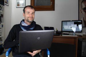 Daniele Carrer mentre lavora nel suo studio