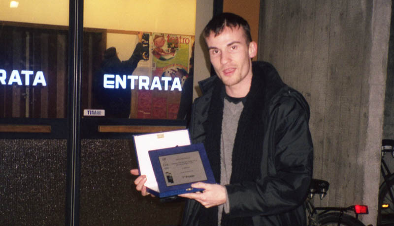 Daniele Carrer con il premio di Officine Italia 2001 a Ferrara