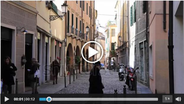 Persone che camminano in una via di Padova in un video pubblicato da Shutterstock