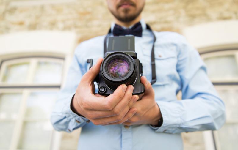 Giovane fotografo con macchina analogica