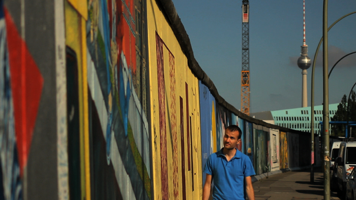 Daniele Carrer durante una ripresa di microstock nella East Side Gallery a Berlino