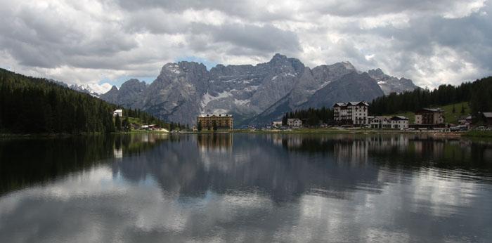 Nuvole riflesse sul Lago di Misurina in un'immagine stock