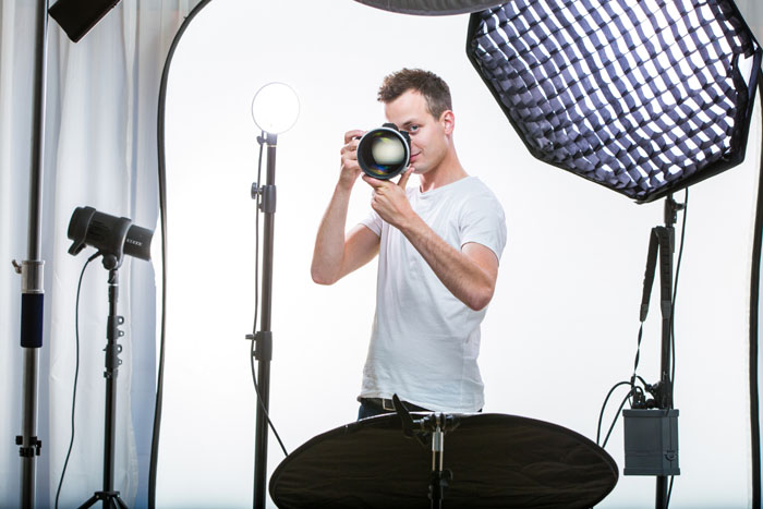 Fotografo impegnato in studio