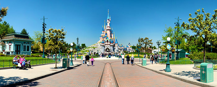 Persone di fronte al Castello all'ingresso di Disneyland: le immagini registrate in quel parco sono protette da copyright