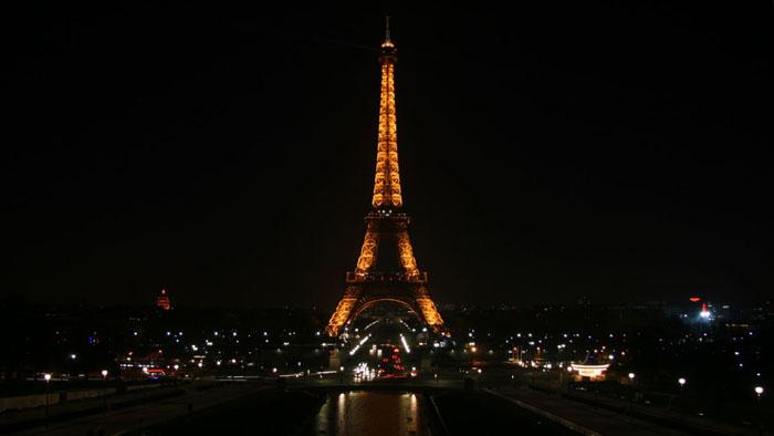 Foto notturna della torre Eiffel soggetta a limitazioni per le Leggi di tutela del copyright