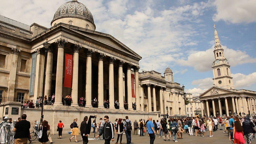 Gente che cammina a Trafalgar square. L'immagine è protetta da copyright.