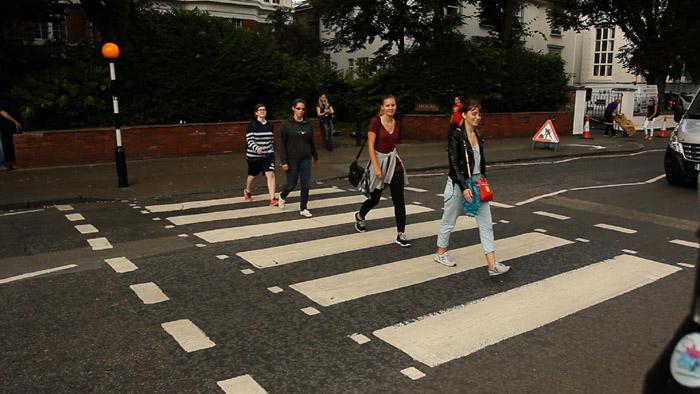 Ragazze nell'attraversamento pedonale di Abbey road a Londr