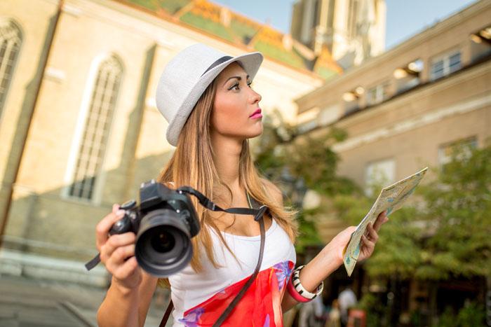 Fotografa con la reflex in una grande città