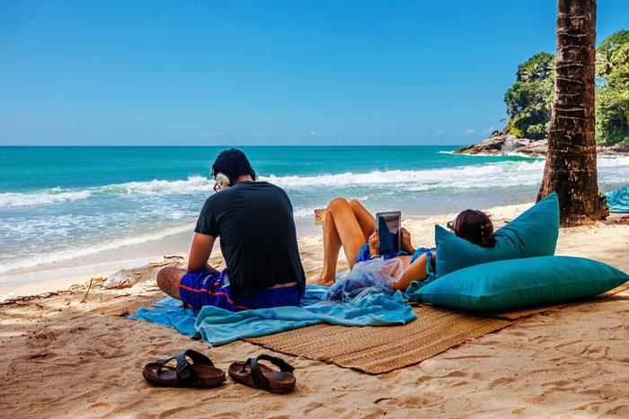 Coppia al mare d'estate mentre naviga su internet