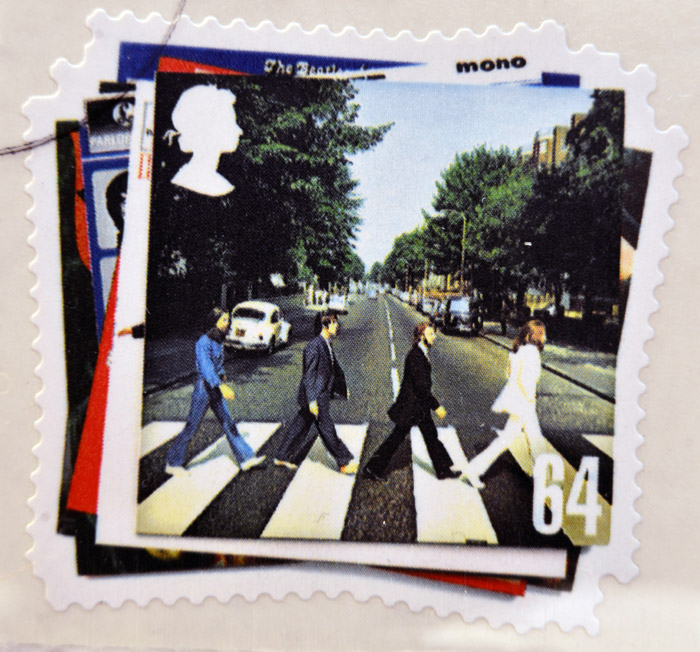 The Beatles mentre attraversano la strada nella copertina dell'album Abbey Road