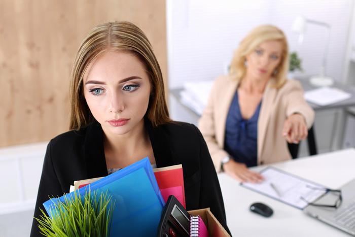 Giovane donna in ufficio subito dopo essere stata licenziata