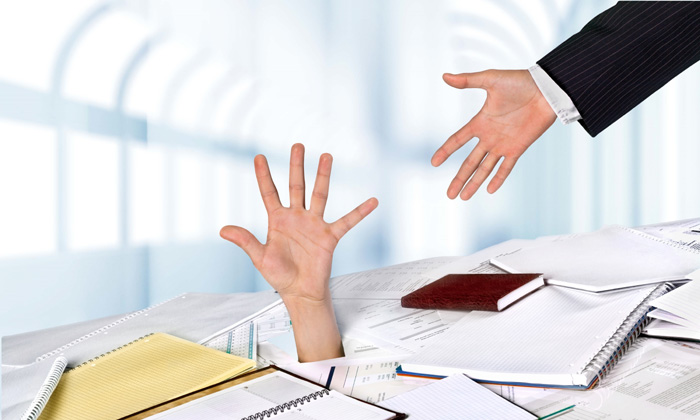 Mano di un manager sommerso dalla burocrazia