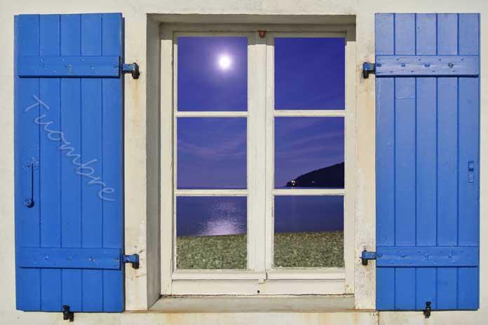 Luna riflessa su una finestra fotografata da Umberto Andreini