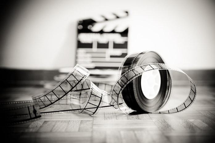 Pellicola cinematografica con un ciak sullo sfondo. Foto di Fabio Pagani