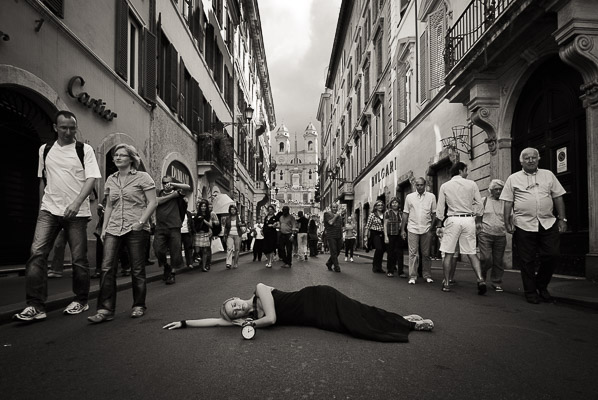 Donna che dorme in Via dei Condotti a Roma. Foto di Fabio Pagani.