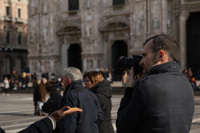 Daniele Carrer mentre gira un hyperlapse a Milano in Piazza Duomo