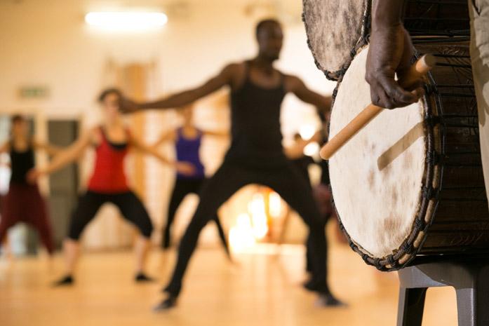 Persone che ballano mentre una persona suona il tamburo