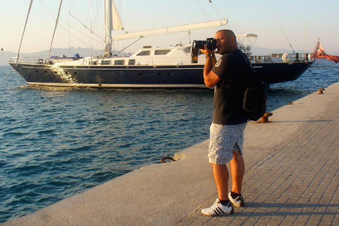 Il fotografo Dino Iozzi in azione nell'isola di Kos