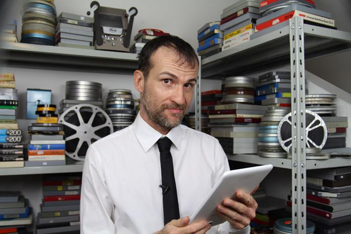 Daniele Carrer mentre guarda un tablet
