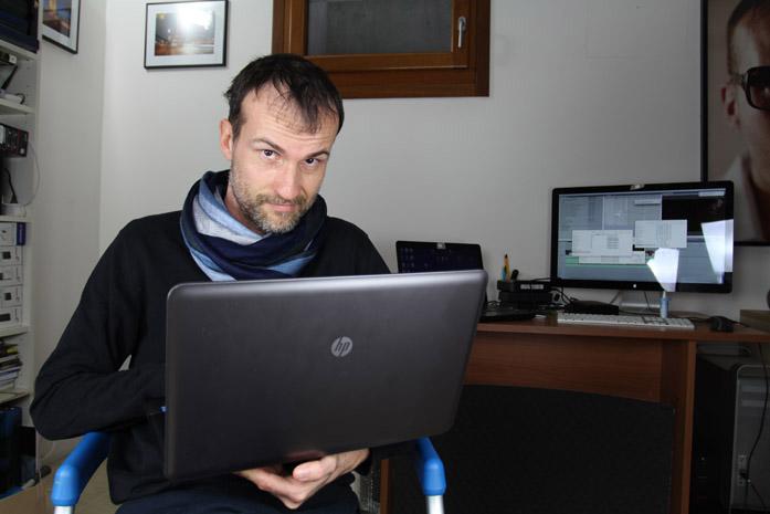 Daniele Carrer mentre lavora al computer portatile nel suo studio