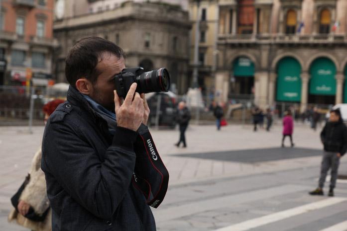 Daniele Carrer mentre crea un hyperlapse a Milano in Piazza Duomo