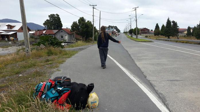 Il produttore di microstock Simone Scalise mentre fa l'autostop in Sud America