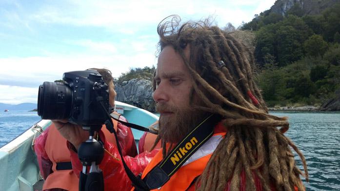 Il produttore di microstock Simone Scalise mentre pratica il suo secondo lavoro preferito: riprendere con la sua Nikon