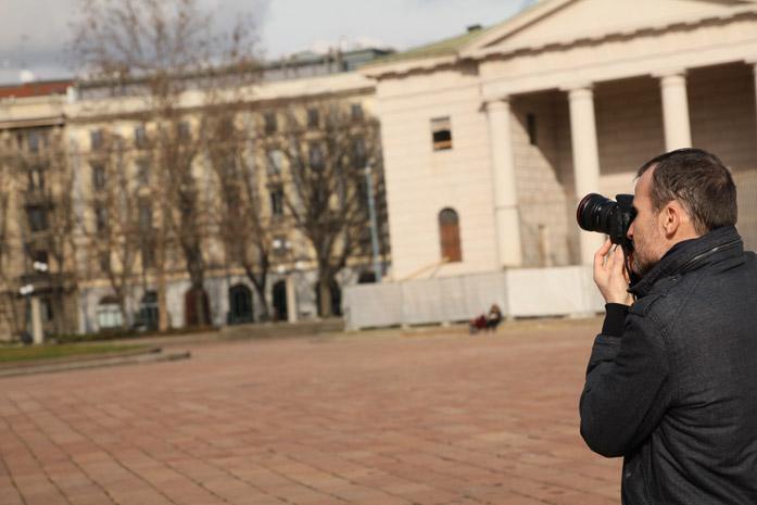 Daniele Carrer mentre fotografa l'Arco della pace a Milano