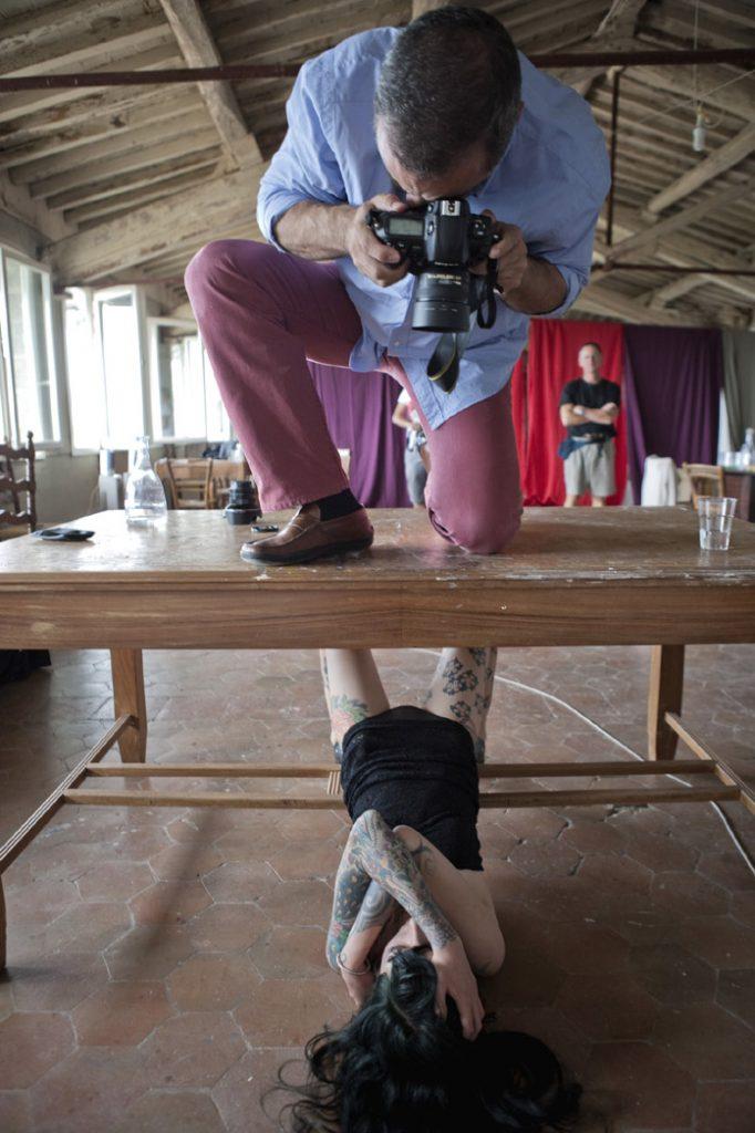 Il fotografo Cristiano Palazzini mentre fa un ritratto ad una donna