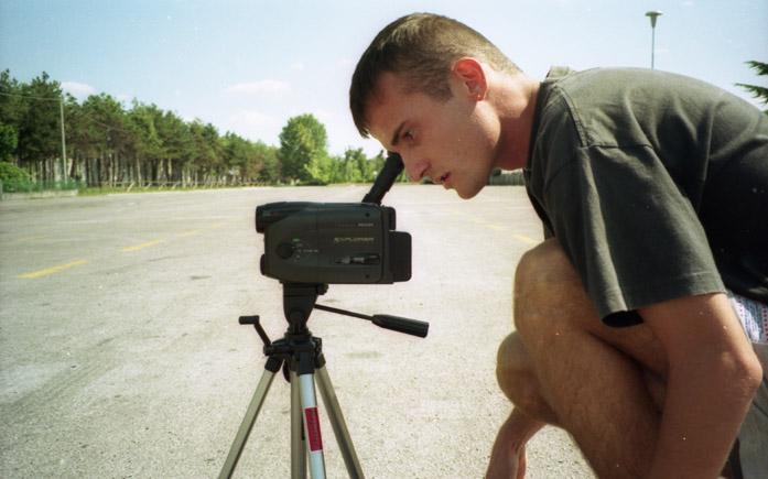 Daniele Carrer nel 1998 mentre riprende con la sua telecamera VHS-c a Conegliano