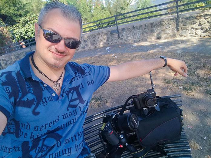Il fotografo Alex Lombardi con la sua attrezzatura per creare immagini stock