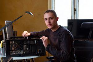 Domenico Fornas mentre assembla un computer per il montaggio video