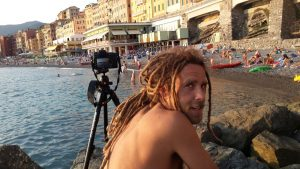 Il produttore di stock footage Simone Scalise mentre effettua una ripresa