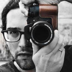 Luca Lorenzelli con la sua reflex mentre pratica la fotografia professionale