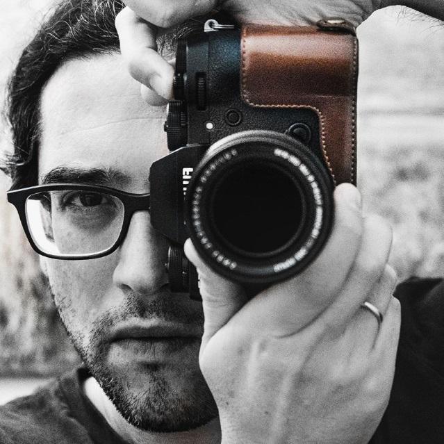 Il fotografo bolognese Luca Lorenzelli con la reflex