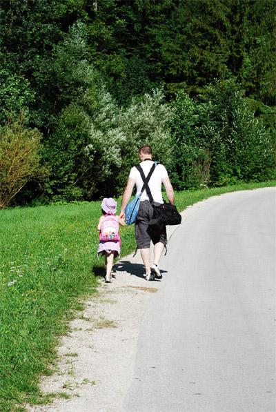 Il fotografo Marco Tiberio mentre cammina di spalle con una bambina
