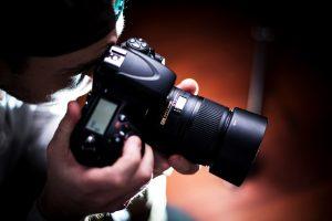 Fotografo in un interno con la reflex